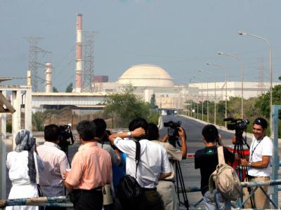 Medienpräsenz am Eingang zum Atomkraftwerk Buschehr.