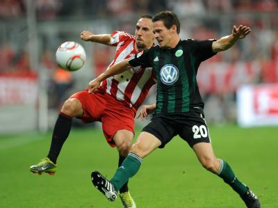 Neu-Nationalspieler Sascha Riether (r) will Bayerns Franck Ribéry abdrängen.