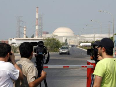 Presse vor dem Atomkraftwerk Buschehr
