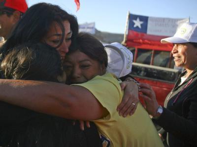 Angehörige feiern die Nachricht, dass die 33 verschütteten Bergleute noch am Leben sind.