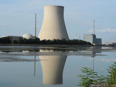 Die Kernkraftwerke Isar 1 (r) und Isar 2.