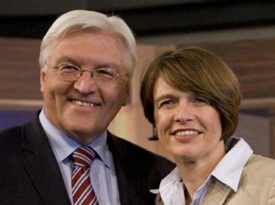 SPD-Fraktionschef Frank-Walter Steinmeier und seine Frau Elke Büdenbender (Archivbild).