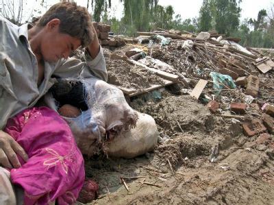 Verzweifelt sitzt ein Mann vor den Trümmern seines Hauses. Die Flutwelle in Pakistan hat unzählige Häuser zerstört oder weggespült.