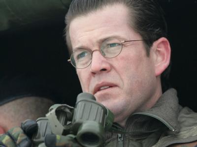 Verteidigungsminister Karl-Theodor zu Guttenberg (CSU) bekam Unterstützung von Kanzlerin Merkel.