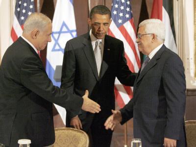 US-Präsident Barack Obama (M) begrüßt den israelischen Ministerpräsidenten Benjamin Netanjahu (l) und Palästinenserpräsident Mahmud Abbas am 22.09.2009 beim Nahost-Dreiergipfel in New York.