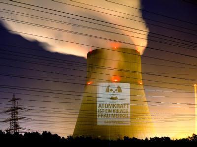 Das Handout der Umweltschutzorganisation Greenpeace zeigt eine Projektion auf den Kühlturm des Atomkraftwerks in Lingen. Foto:Fred Dott/Greenpeace