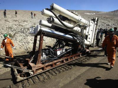 Ein riesiger Bohrer wird den Rettungsschacht graben, durch den die verschütteten Minenarbeiter heraufgeholt werden sollen.