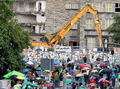 Die Protestwelle gegen das Bahn-Großprojekt Stuttgart 21 ebbt nicht ab.