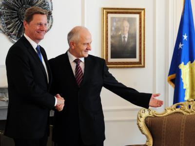 Außenminister Guido Westerwelle (l) und Kosovos Präsident Fatmir Sejdiu im Parlamentsgebäude von Pristina.