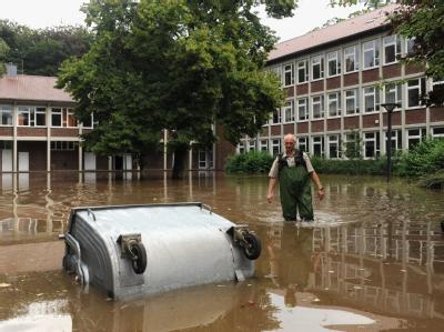 Der überflutete Schulhof einer Berufsschule in Gronau. In der Stadt an der holländischen Grenze trat die Dinkel über die Ufer.