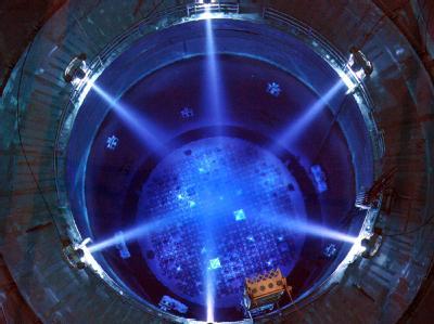 Scheinwerfer beleuchten im Kernkraftwerk Gundremmingen (Schwaben) den offenen Reaktor. (Archivbild)