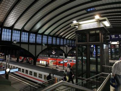 Züge stehen auf den Gleisen des Darmstädter Hauptbahnhofs. Der Bahnhof ist zum kundenfreundlichsten Großstadtbahnhof Deutschlands 2010 gewählt worden.