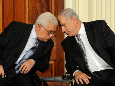 Stecken die Köpfe zusammen: Palästinenserpräsident Mahmud Abbas (l) und Israels Ministerpräsident Benjamin Netanjahu.