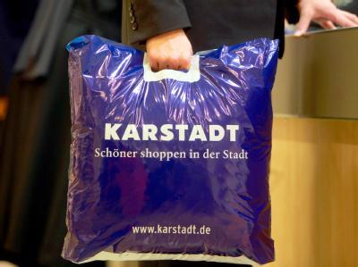 Ein Kunde hält in einer Filiale von Karstadt eine Tragetasche. (Symbolbild)