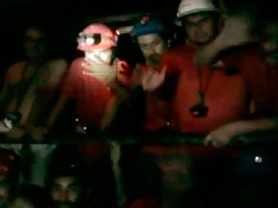 Die Bohrung für in 700 Meter Tiefe verschütteten Arbeiter in Chile musste für einige Stunden gestoppt werden.