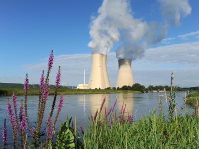 Das Kernkraftwerk Grohnde an der Weser. SPD und Grüne fordern von der Bundesregierung den Geheimvertrag mit der Atomwirtschaft zu veröffentlichen.