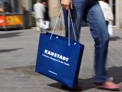 Tüten von Karstadt schleppen:Die Warenhauskette ist erstmal gerettet.