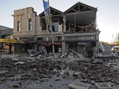 Ein Beben der Stärke 7,1 - hat in der neuseeländischen Stadt Christchurch Gebäude, Brücken, Straßen und Autos zerstört.