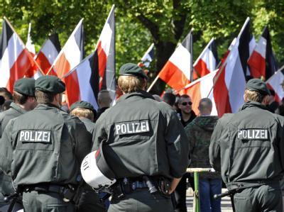 Polizeibeamten sichern in Dortmund das Gelände einer Kundgebung von Rechtsextremen.
