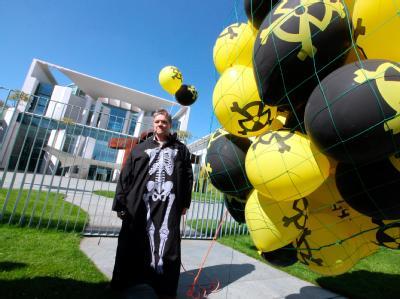 Atomkraft-Gegner demonstrieren vor dem Bundeskanzleramt mit schwarzen und gelben Luftballons gegen die Atompolitik der Bundesregierung.
