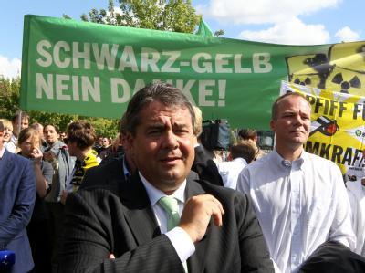 Der Vorsitzende der SPD, Sigmar Gabriel, verfolgt vor dem Bundeskanzleramt in Berlin die Demonstration gegen die Atompolitik der Bundesregierung.