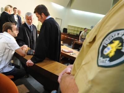 Der 19-jährige Markus S. (Mitte hinten) wurde wegen Mordes zu neun Jahren und zehn Monaten Haft verurteilt, der 18-jährige Sebastian L. (links) wegen gefährlicher Körperverletzung mit Todesfolge zu sieben Jahre Gefängnis.