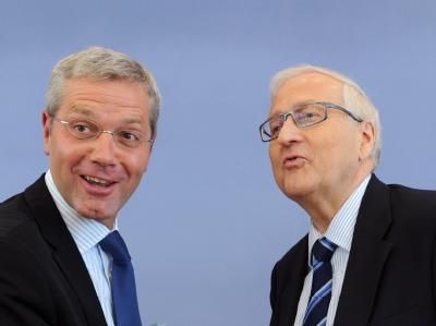 Bundeswirtschaftsminister Brüderle (FDP - r) und Bundesumweltminister Röttgen (CDU) nach der Pressekonferenz zu den Atomlaufzeiten.