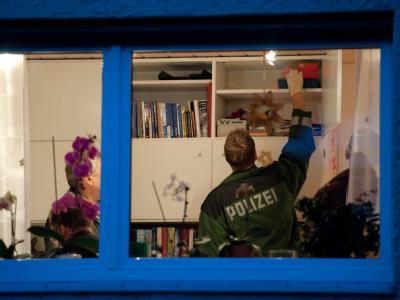 Beamte durchsuchen in Leinfelden-Echterdingen die Wohnung eines Funktionärs der neonazistischen