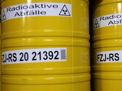 Fässer mit radioaktiven Abfällen. Der Widerstand gegen den Energiekompromiss wächst.