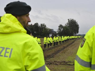 1000 Polizisten suchen nach dem vermissten Mirco.