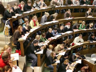 Studenten an der Universität in Leipzig (Archivbild). Ein Hochschulstudium schützt in allen Industrienationen der Welt am besten vor Arbeitslosigkeit und sichert zugleich ein deutlich höheres Einkommen.