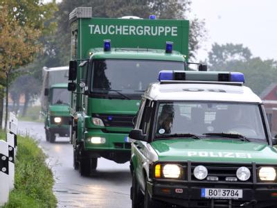 Einsatzfahrzeuge von Polizeitauchen im Kreis Viersen.