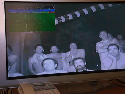 700 Meter unter der Erdoberfläche: Die eingeschlossenen Bergleute schauen das Freundschaftsspiel zwischen Chile und der Ukraine.
