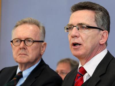 Der Präsident des Bundesamtes für Migration und Flüchtlinge, Albert Schmid (l) zusammen mit Bundesinnenminister Thomas de Maiziere (CDU).