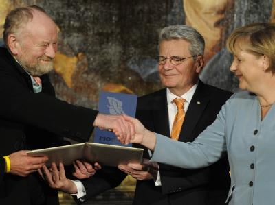 Bundeskanzlerin Merkel und Joachim Gauck übergeben dem Mohammed-Karikaturisten Kurt Westergaard (l) den Medienpreis M100 für seine Unbeugsamkeit für die Meinungsfreiheit.