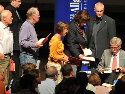 Thilo Sarrazin signiert nach der Buchvorstellung «Deutschland schafft sich ab» Exemplare seines Buches.
