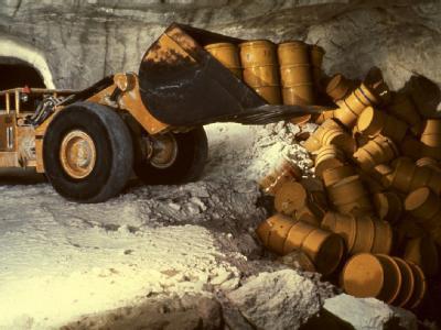 Die undatierte Aufnahme zeigt einen Radlader, der in der Schachtanlage Asse Fässer mit radioaktivem Müll in eine Kammer kippt.