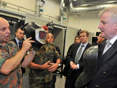 Der bayerische Ministerpräsident Horst Seehofer (r, CSU) bei einem Besuch der Bundeswehr (Archiv).