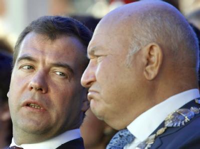 Der russische Präsident Dmitri Medwedew (l.) hat den Moskauer Bürgermeister Juri Luschkow entlassen (Archivfoto).