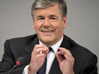 Ackermann sieht die Deutsche Bank durch die angestrebte Übernahme der Postbank nachhaltig gestärkt.