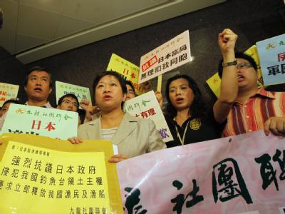 Chinesische Protestler vor der japanischen Botschaft in Hong Kong, China.