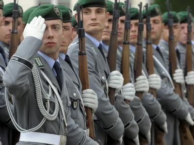 Die CDU-Spitze stützt die Pläne des Verteidigungsministers zur Reform der Wehrpflicht.