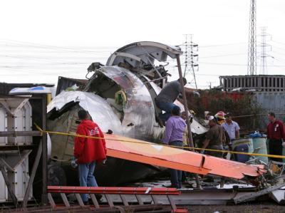 Rettungskräfte durchsuchen das Wrack der Turboprop-Maschine, die in Venezuela abgestürzt ist.