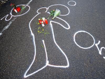 Kreidespuren zeigen den Umriss des Amokläufers Tim K. in Wendlingen am Neckar, wo er sich er sich selbst erschossen hatte. (Archivbild)