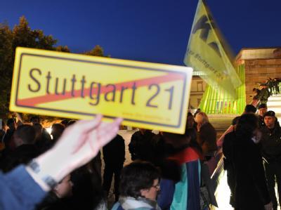 Proteste gegen das umstrittene Bauprojekte Stuttgart 21 in Stuttgart: Nun erreicht das Thema auch den Bundestag. Linke und Grüne wollen das Projekt ganz kippen, die SPD bis zu einem Volksentscheid in Baden-Württemberg stoppen.