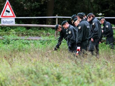 Ein Suchtrupp der Polizei durchsucht am Dienstag eine Pferdekoppel bei Grefrath.