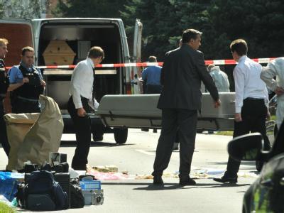 Bestatter tragen einen Sarg weg: Der Täter erschoss erst eine Frau, verletzte dann ihren Ex-Mann und tötete anschließend sich selbst.