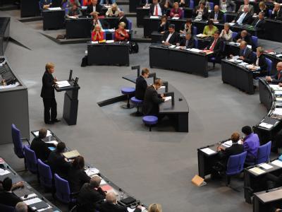 Bundeskanzlerin Merkel (CDU) spricht im Plenarsaal des Bundestages.