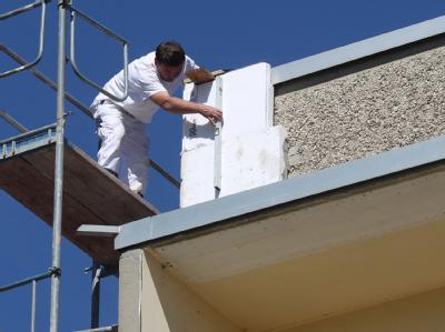 Sanierung der Fassade eines Plattenbaus.