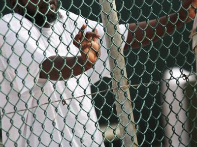 EinInsasse des US-Gefangenenlagers Guantanamo auf dem US-Marinestützpunkt Guantanamo Bay auf Kuba (Archivfoto). Viele der ehemaligen Gefangenen, die äußerst belastende Situationen im Lager Guantánamo erlebten, leiden vermutlich unter posttraumatischen St
